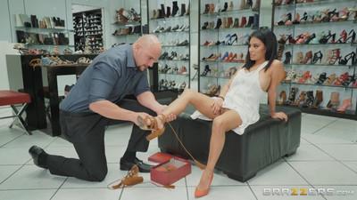 Продавец обуви соблазняет молоденькую латинку и трахает ее в зале на пуфе