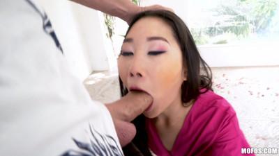 Азиатка с большими глазами делает глубокий отсос и получает кончу на лицо