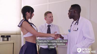 Темнокожий врач вместе и другом трахают молоденькую брюнетку в кабинете на осмотре